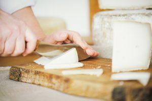 Messer schneidet Käse